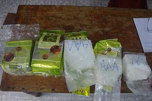 Đi nhặt ve chai, phát hiện gần 8kg nghi ma túy đá ở bờ biển