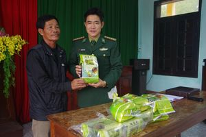 Tiếp nhận gần 8kg nghi ma túy trôi dạt vào bờ biển Thừa Thiên Huế