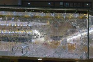 Clip: Toàn cảnh trộm dùng búa đập tủ kính cướp vàng khi chủ tiệm đang mải xem trận U22 Việt Nam với Indonesia