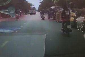 Khoảnh khắc 3 thanh niên bị xe bồn cán lên người sau cú vượt ẩu kinh hoàng