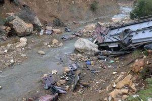Xe buýt lao xuống khe núi vỡ tan tành, ít nhất 24 người chết