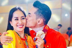 Sau khi giành HCV tại SEA Games, Phan Hiển vỡ òa hạnh phúc, ôm hôn Khánh Thi