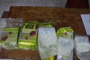 Người lượm ve chai nhặt được 8 gói tinh thể ghi chữ Trung Quốc, nghi là ma túy