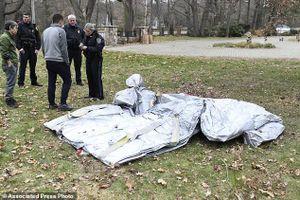 Phao trượt rơi khỏi máy bay và 'đáp' xuống nhà dân