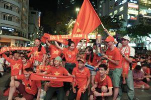 Cổ động động viên vỡ òa với chiến thắng của U-22 Việt Nam
