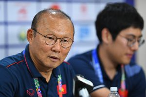 2 trợ lý HLV Park Hang-seo đi kiểm tra mặt sân thi đấu