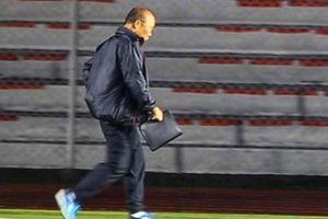 HLV Park kiểm tra sân thi đấu khi Manila có mưa nặng hạt