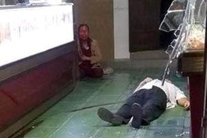 Chủ tiệm vàng bị cướp tấn công khi đang xem bóng đá