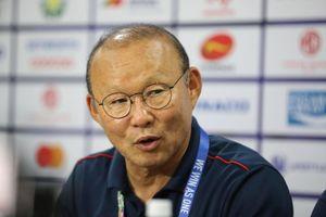 HLV Park Hang-seo phàn nàn về lịch thi đấu, HLV Fandi Ahmad không phục về tỷ số