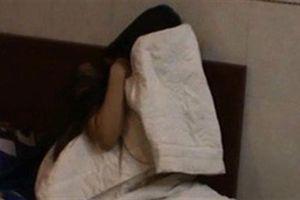 Nhân viên karaoke bị giữ nhanh trí nhét điện thoại vào ngực