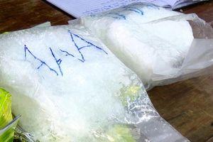 CLIP: Biên phòng tiếp nhận gần 8kg nghi ma túy đá dạt từ biển vào