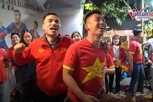 CĐV nhảy múa tưng bừng mừng Đức Chinh ghi bàn vào lưới Singapore
