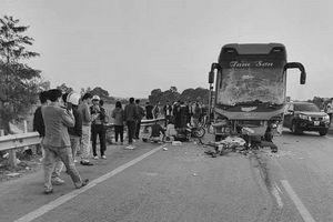 Xuống đóng cốp ô tô khách, người phụ nữ chết thảm trên cao tốc