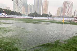 Mưa to, sân ngập nước trước giờ diễn ra trận U22 Việt Nam - U22 Singapore