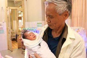 Người phụ nữ vô sinh thứ phát 28 năm bất ngờ có con ở tuổi 54