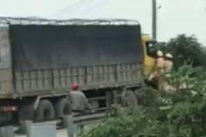 Vụ CSGT đu bám trên cửa ca bin xe tải: Công an tạm giữ tài xế xe tải