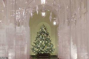 Bà Melania khoe cảnh Giáng sinh đẹp lung linh trong Nhà Trắng