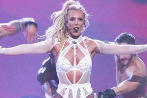 Britney Spears chuộng diện đồ hở hang lên sân khấu