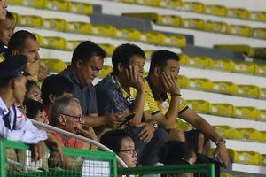 HLV Akira Nishino chán nản, bỏ về sau bàn thắng của Đức Chinh