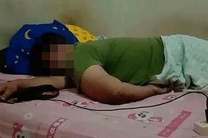 Mẹ tá hỏa phát hiện con trai chết trên giường, tay nắm chặt điện thoại
