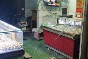Video thanh niên đánh gục chủ tiệm vàng ở Bình Định