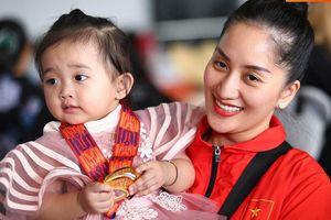 Sau khoảnh khắc hạnh phúc ôm lấy nhau khóc nức nở tại Philippines, vợ chồng Phan Hiển - Khánh Thi đã trở về Việt Nam, ân cần yêu thương cô con gái xinh xắn