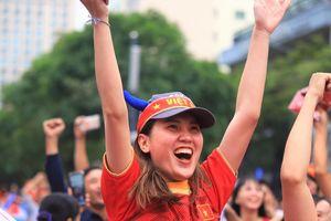 Cổ động viên nhảy múa ăn mừng khi U22 Việt Nam loại Thái Lan