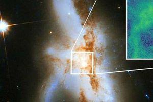 Choáng ba lỗ đen siêu 'khủng' trong cùng một thiên hà khổng lồ