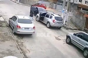 Thanh niên 'nhọ' nhất năm, vác súng đi cướp ô tô nhưng không biết lái xe