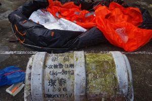 Huế: 2 cha con phát hiện vật thể 'lạ' in chữ Trung Quốc trôi vào bờ biển