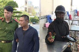 Sự thật công an đã bắt được người mặt đen 'quái dị' cầm đầu gà đi ăn xin ở Hà Nội