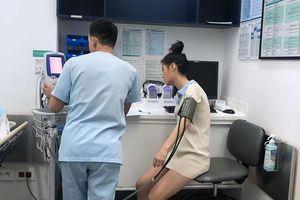 Ca sĩ Han Sara khiến fan lo lắng khi nhập viện giữa đêm