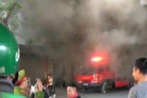 Hà Nội: Cháy cửa hàng ăn trên phố, lửa bao trùm cả ngôi nhà