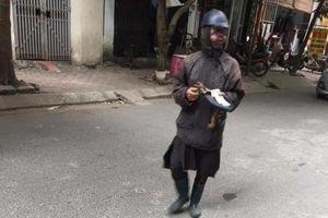 Người mặt đen cầm đầu gà đi ăn xin khiến dân Hải Phòng tháo chạy thất thần
