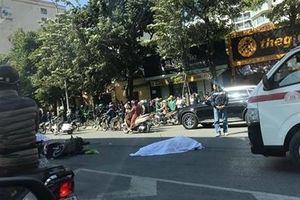 Xe máy kẹp 3 xảy ra tai nạn với xe tải, 2 người tử vong tại chỗ