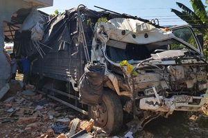 Xe tải tông nhà dân, 5 người may mắn thoát chết