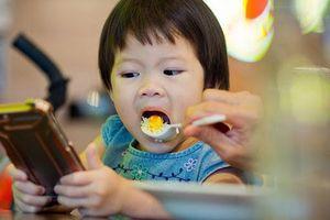 Cho trẻ dưới 2 tuổi xem tivi có thể dẫn đến não kém phát triển