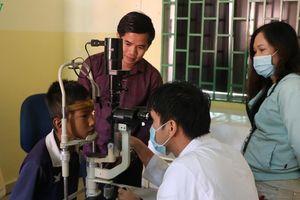 Bác sỹ Việt Nam khám chữa bệnh miễn phí cho bệnh nhân nghèo Campuchia
