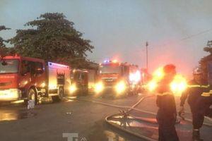 Cháy lớn ở công ty gỗ rộng 2.000m2 tại Bình Dương