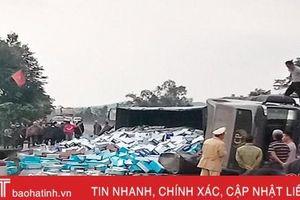 Bất ngờ bị nổ lốp, container chở hàng chục tấn sữa lật nghiêng giữa đường