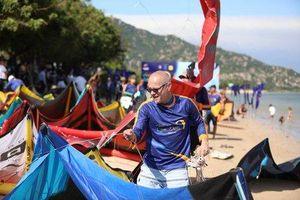 'Đại tiệc' lướt ván diều mãn nhãn diễn ra, biển Ninh Chữ sôi động hiếm thấy