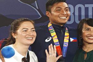 VĐV Philippines cầu hôn bạn gái ngay sau khi nhận HCB SEA Games