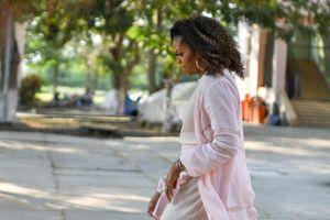 Bà Obama vội ra về, con gái cựu TT Bush bắn tim chào học sinh Long An