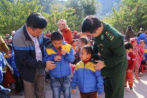 Vùng cao Nghệ An xuất hiện băng giá, học sinh vẫn đi học đầy đủ