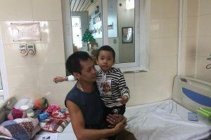 Bố bỏ đi, cháu bé 4 tuổi bị ung thư chỉ còn ông nội chăm sóc
