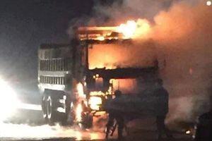 Xe máy đi ngược chiều lao vào xe tải trên cao tốc Hà Nội - Bắc Giang, một người chết cháy không thể nhận dạng