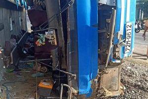 Tai nạn ở Long An: Xe chở công nhân lật đè chết 2 người, 11 người bị thương