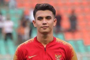 Thủ môn U22 Indonesia nằm dài trên sân cỏ khi mắc sai lầm