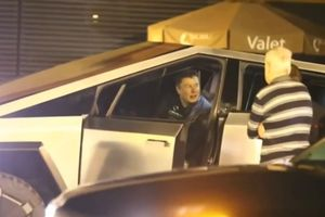 Elon Musk cầm lái Tesla Cybertruck đi ăn tối