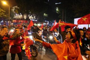 Cả nước xuống đường mừng chiến thắng lịch sử của bóng đá Việt Nam